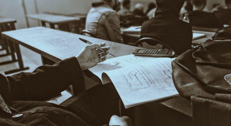 Czy warto uczęszczać do szkoły językowej? - poznaj zalety i wady!
